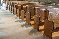 Banchi di chiesa della chiesa Immagini Stock Libere da Diritti