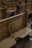 Banchi di chiesa dettagliati della chiesa Fotografie Stock Libere da Diritti