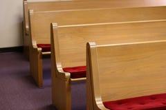 Banchi di chiesa di colore chiaro della chiesa Fotografia Stock Libera da Diritti