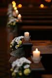 Banchi di chiesa fioriti Fotografia Stock