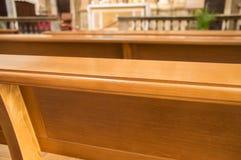 Banchi di chiesa di legno in una chiesa Fotografia Stock