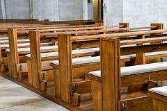 Banchi di chiesa liberi della chiesa con il cuscino Fotografie Stock