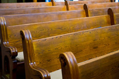 Banchi di chiesa storici di legno della chiesa Fotografia Stock Libera da Diritti