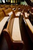 Banchi di chiesa storici di legno della chiesa Fotografie Stock