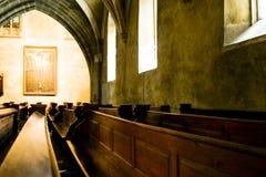 Banchi di chiesa in una cattedrale Immagini Stock