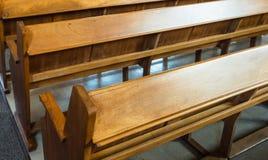 Banchi di chiesa vuoti Fotografia Stock Libera da Diritti