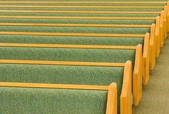 Banchi di chiesa vuoti della chiesa Immagine Stock Libera da Diritti