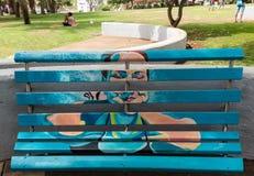 Banchi di legno artisticamente dipinti in un parco a Funchal La Madera, Portogallo fotografia stock libera da diritti