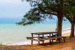 Banchi di legno e tavola dal mare immagini stock libere da diritti