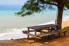 Banchi di legno e tavola dal mare immagine stock