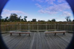 Banchi di legno su una piattaforma fotografia stock libera da diritti