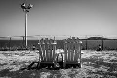 Banchi di legno sull'alta spiaggia Immagini Stock Libere da Diritti