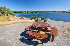 Banchi di legno sulla costa di mare Fotografia Stock