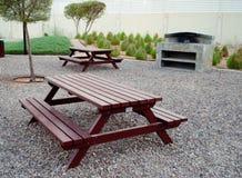Banchi di parco di picnic con area all'aperto della griglia Immagini Stock