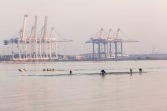 Banchi di sabbia del porto della squadra di rematura di pesca Immagini Stock