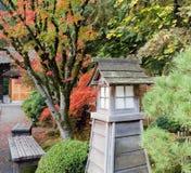Banchi di sosta giapponesi del giardino nella caduta Immagine Stock Libera da Diritti