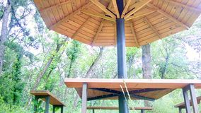 Banchi e tavola dell'ombrello Immagini Stock Libere da Diritti