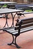Banchi e tavole in parco Immagini Stock