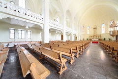 Banchi ed altare in cattedrale luterana evangelica Immagini Stock Libere da Diritti