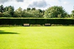 Banchi intorno al prato inglese dell'erba Immagini Stock Libere da Diritti