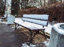 Banchi nel parco della città di inverno che è stato riempito con neve Fotografia Stock Libera da Diritti