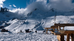 Banchi per il riposo contro il contesto delle montagne Fotografia Stock