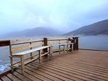 Banchi sul pilastro sul fiordo in Norvegia fotografia stock