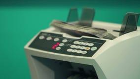 Banchiere di donna che impara contare soldi con il conteggio della macchina stock footage