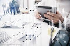 Banchiere Working Process Grafici del mercato del lavoro di Trader dell'analista della foto Facendo uso degli apparecchi elettron Fotografie Stock