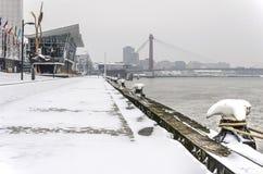 Banchina del fiume nell'inverno immagine stock libera da diritti