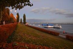 Banchina della città in autunno Fotografie Stock