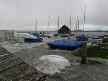 Banchina di Bosham in un'inondazione nel porto di Chichester, Inghilterra, Regno Unito Fotografie Stock Libere da Diritti