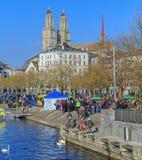 Banchina di Limmatquai appena prima l'inizio di Zurigo Samichlaus-Schwimmen Fotografie Stock Libere da Diritti