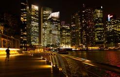 Banchina di Singapore nella notte Immagini Stock