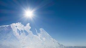 Banchisa contro il sole Ghiaccio del lago Baikal Giorno soleggiato di inverno freddo del gelo Fotografia Stock Libera da Diritti