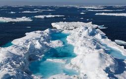 Banchisa galleggiante di ghiaccio luminescente Immagine Stock