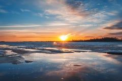 Banchise nel fiume al tramonto, molla Immagini Stock