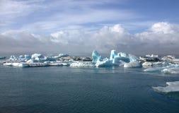 Banchise sulla laguna del ghiacciaio del jokullsarlon del lago Immagini Stock