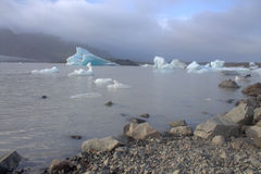 Banchise sulla laguna del ghiacciaio di Fjallsarlon del lago Fotografia Stock Libera da Diritti