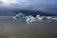 Banchise sulla laguna del ghiacciaio di Fjallsarlon del lago Immagini Stock