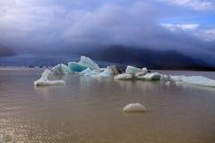 Banchise sulla laguna del ghiacciaio di Fjallsarlon del lago Immagine Stock
