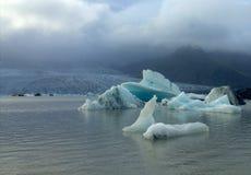 Banchise sulla laguna del ghiacciaio di Fjallsarlon del lago Immagine Stock Libera da Diritti