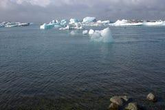 Banchise sulla laguna del ghiacciaio di Jolulsarlon del lago Immagine Stock