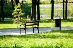 Banco à moda no parque do verão Imagens de Stock
