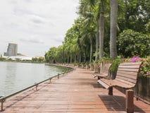 Banco accanto al lago 3 fotografia stock libera da diritti