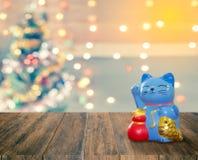 Banco afortunado del gato con el fondo de la Navidad, hora de comenzar al savi Fotos de archivo