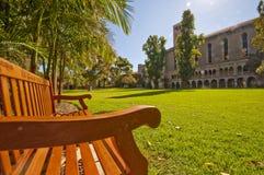 Banco al aire libre en parque de la universidad Imagen de archivo