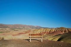 Banco alle colline dipinte fotografie stock