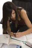 Banco, allievo femminile quando studiano Fotografie Stock Libere da Diritti