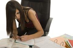 Banco, allievo femminile quando studiano Fotografia Stock